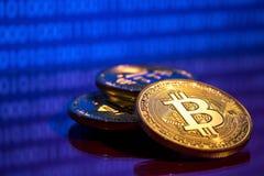 Bitcoins dorati della foto su fondo digitale blu concetto commerciale di valuta cripto Fotografie Stock