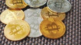 Bitcoins dorati e d'argento che girano sul fondo stock footage
