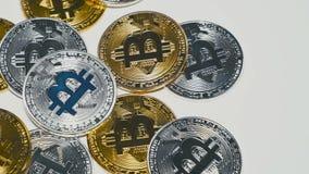 Bitcoins dorati e d'argento che girano sul fondo video d archivio