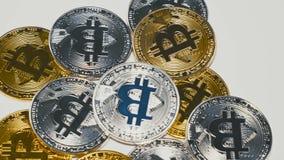 Bitcoins dorati e d'argento che girano sul fondo archivi video
