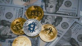 Bitcoins dorati e d'argento che girano sulle fatture di 100 dollari 4K archivi video