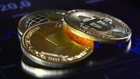 Bitcoins dorati sui precedenti di un grafico di riserva grafico La concentrazione della Cripto-valuta di soldi virtuali Immagini Stock Libere da Diritti