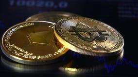 Bitcoins dorati sui precedenti di un grafico di riserva grafico La concentrazione della Cripto-valuta di soldi virtuali Fotografie Stock Libere da Diritti