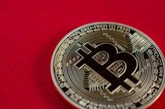 Bitcoins dorato (soldi virtuali digitali) su fondo rosso Fotografia Stock Libera da Diritti