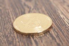 Bitcoins dorato su un fondo di legno Fotografie Stock Libere da Diritti