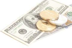 Bitcoins dourados da prata da extremidade com U S Dólares Fotografia de Stock Royalty Free