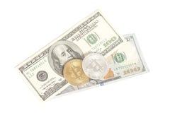 Bitcoins dourados da prata da extremidade com U S Dólares Imagem de Stock