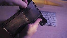 Bitcoins dourados e cem notas de dólar na carteira de couro Bitcoin com dólar na bolsa Lucro da mineração cripto vídeos de arquivo
