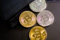 Bitcoins dourados e de prata na carteira de couro Bitcoin na bolsa Lucro de minar moedas criptos imagem de stock royalty free
