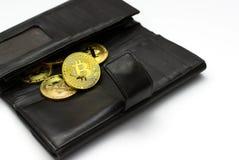 Bitcoins dourados na carteira preta, símbolo de Digitas de uma moeda virtual nova com fundo branco Imagens de Stock Royalty Free