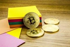 Bitcoins dourados na mesa de madeira, fundo do cryptocurrency com notas de papel ilustração 3D fotografia de stock royalty free