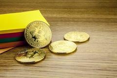 Bitcoins dourados na mesa de madeira, fundo do cryptocurrency com notas de papel ilustração 3D foto de stock