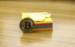 Bitcoins dourados na mesa de madeira, fundo do cryptocurrency com notas de papel ilustração 3D imagem de stock