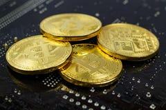 Bitcoins dourados no close up preto do fundo Dinheiro virtual de Cryptocurrency Foto de Stock Royalty Free