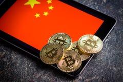 Bitcoins e bandiera dorati del cinese Fotografie Stock Libere da Diritti