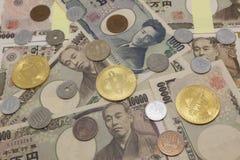 Bitcoins e dinheiro japon?s imagens de stock