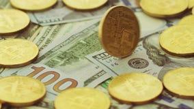 Bitcoins e dollari dell'oro video d archivio