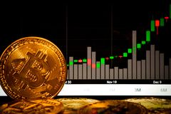 Bitcoins e gráfico do bitcoin na elevação fotos de stock