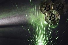 Bitcoins e laser verde fotografia stock libera da diritti