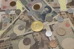 Bitcoins e soldi giapponesi fotografia stock libera da diritti