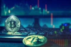 Bitcoins e tela com cartas fotos de stock