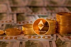 Bitcoins empilhou em notas de dólar novas do projeto 100 Imagens de Stock Royalty Free