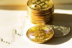 Bitcoins en el fondo del palillo de la vela - imagen común Fotos de archivo libres de regalías