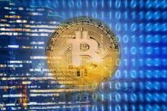 Bitcoins en fondo de la tecnología Foto de archivo libre de regalías