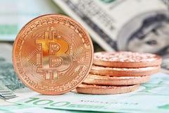 Bitcoins en geld stock foto's