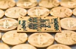Bitcoins en gouden microchip Fysieke beetjemuntstukken Digitale munt Cryptocurrency Gouden muntstukken met bitcoin Stock Afbeelding