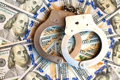 Bitcoins en handcuffs als een abstract symbool van misdaad dat h kan royalty-vrije stock fotografie