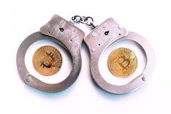 Bitcoins en handcuffs als een abstract symbool van misdaad dat h kan stock afbeelding