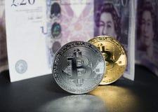 Bitcoins en van Engeland pondenbankbiljetten erachter stock afbeeldingen