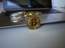 Bitcoins está en el teclado del cuaderno del ordenador fotografía de archivo