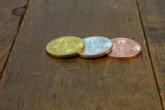 Bitcoins está na tabela de madeira foto de stock royalty free