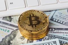 Bitcoins et argent - fond d'affaires Image libre de droits