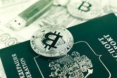 Bitcoins et passeport russe Photographie stock