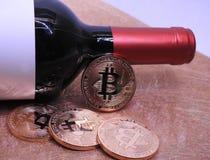Bitcoins et vin photographie stock