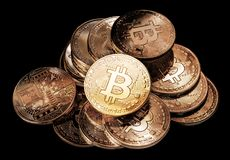 Bitcoins físicos en fondo negro Cryptocurrency truncamiento imagen de archivo libre de regalías