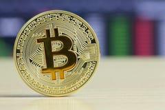 Bitcoins förlade på ett trätabellgolv i crypto börs arkivbilder