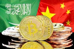 Bitcoins fundo na bandeira de Arábia Saudita e de China foto de stock royalty free