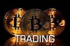 Bitcoins ha isolato sul nero con il COMMERCIO del testo Immagini Stock Libere da Diritti