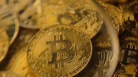 Bitcoins-Haufen unter dem Vergrößerungsglas hergestellt als virtuelles Geld-Makro stock video