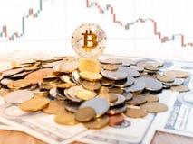Bitcoins i Nowy Wirtualny pieniądze pojęcie Złociści bitcoins z świeczka kija wykresu mapą i cyfrowym tłem Złota moneta z ikoną l zdjęcie royalty free