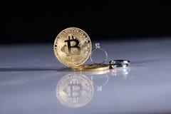 Bitcoins i pierścionki Fotografia Royalty Free