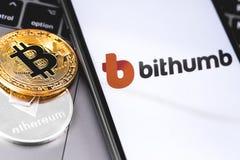 Bitcoins, logo di Bithumb dello cripto-scambio sullo smartphone dello schermo immagini stock libere da diritti