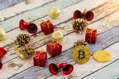Bitcoins med julgarneringar på tappningtabellen arkivfoton