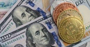 Bitcoins med USA-sedlar och brittiska sedlar, 20 pund ett pund sterling, 10 pund anmärkningar guld- bitcoin, silver Royaltyfri Bild