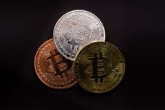 Bitcoins mit Dollar auf schwarzem backround Stockfotos