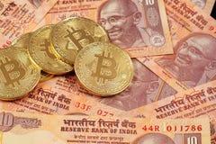 Bitcoins mit indischer Rupie im Makro Lizenzfreies Stockfoto